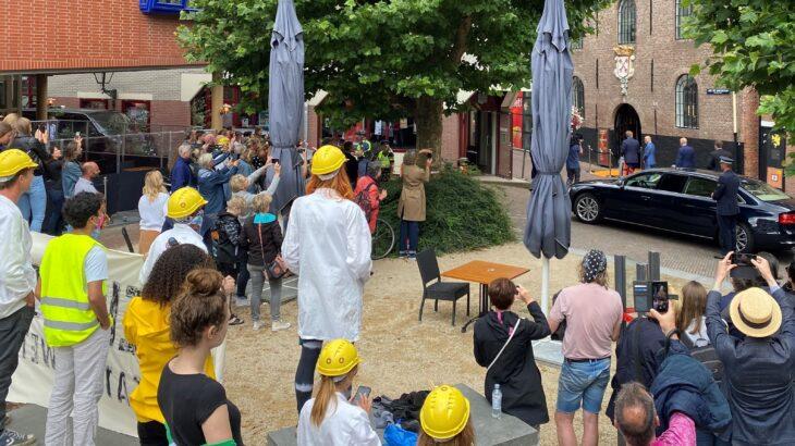 Het publiek en demonstranten wordt op grote afstand gehouden bij de opening van 'Besmet' in museum Boerhave door Koning Willem Alexander.